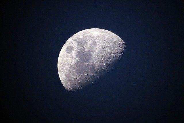 ביקור בירח עם המימד הרביעי