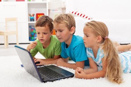 ילדים משחקים במחשב המשפחתי