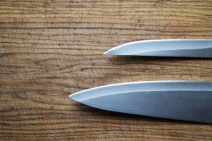 סכינים ובוצ׳רים עם חריטה